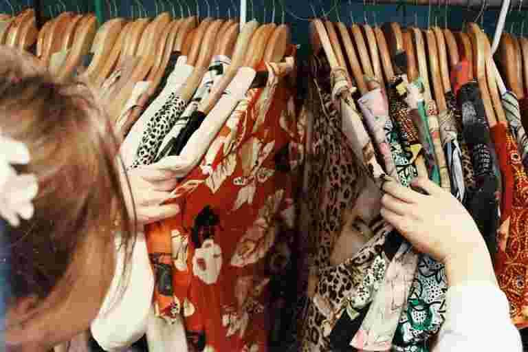 服装零售商重新开放20-25%的商店,具有严格的协议