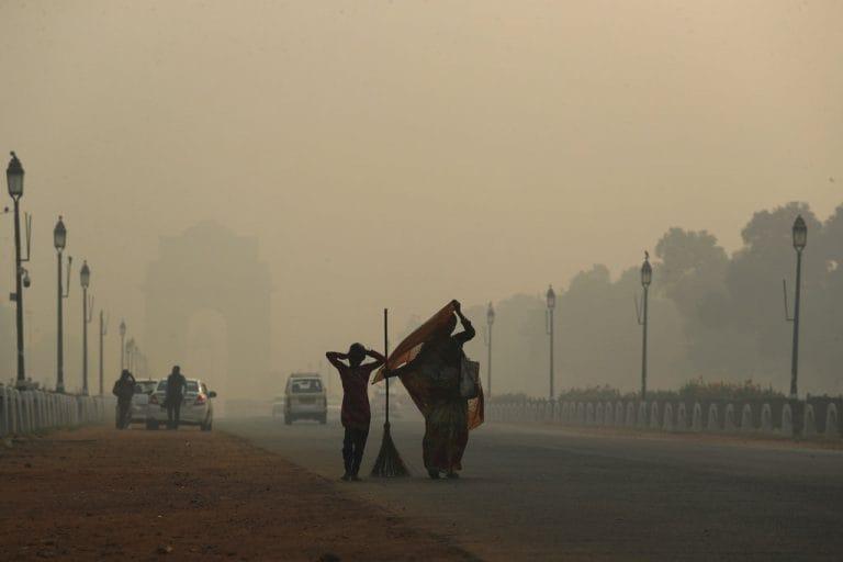 """雾中扰乱了德里的铁路交通;空气质量""""严重"""""""