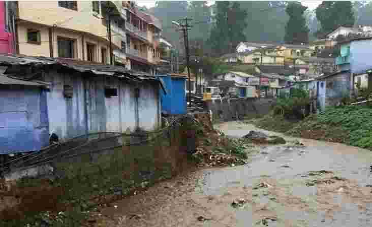 Coonoor公民和官员在山镇清洁溪流和河流